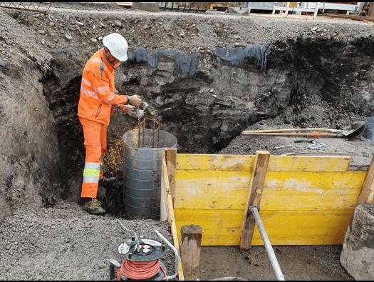Démolition de pieux de fondation par un ouvrier - MK DT