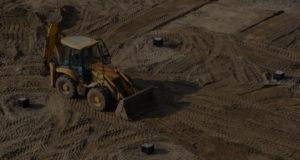 engin de terrassement sur un chantier de construction
